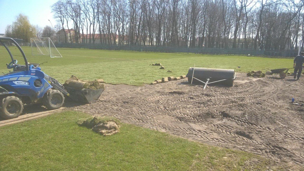 Wymiana murawy na polach karnych LKS GŁOGOVIA w Głogowie Małopolskim